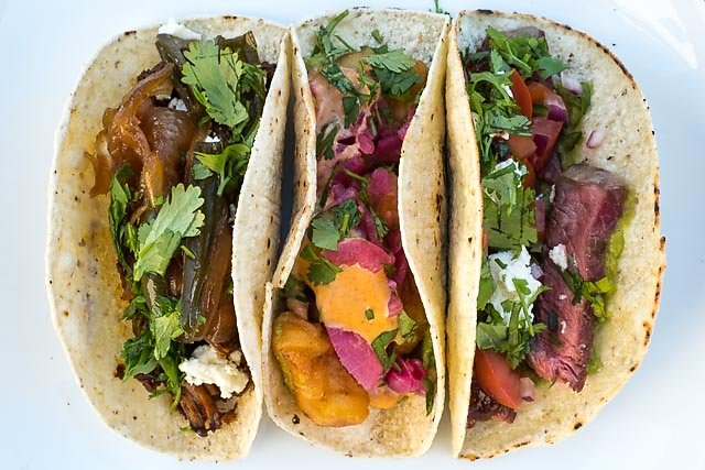 Lamb Barbacoa-, Baja California- und Steak-Taco